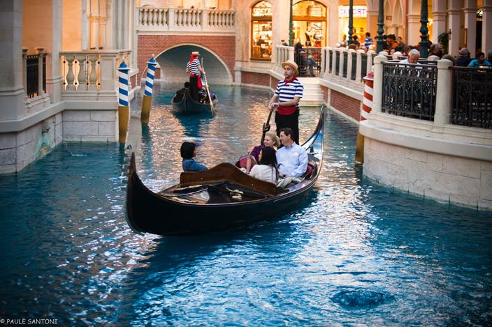 Wppi le strip in las vegas paule santoni for Hotel venise piscine interieure